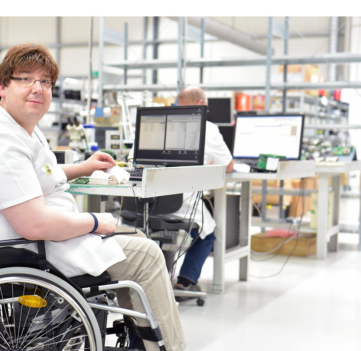 Un señor con discapacidad posa sonriente ante la camara.