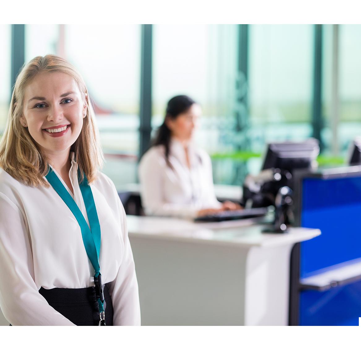Una empleada posa sonriendo.