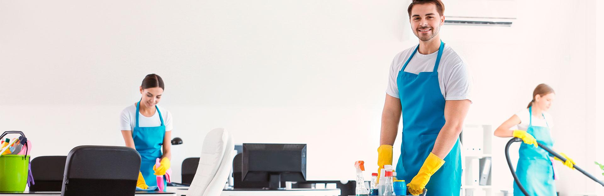 Unos empleados ofrecen un servicio de limpieza en unas oficinas.