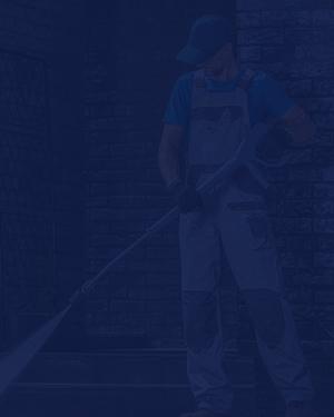 Un empleado ofrece un servicio de limpieza en unas instalaciones.