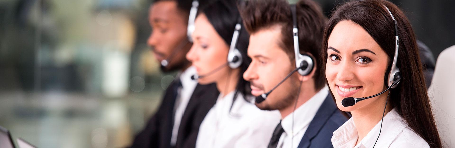 Un grupo de empleados atienden llamadas telefónicas.